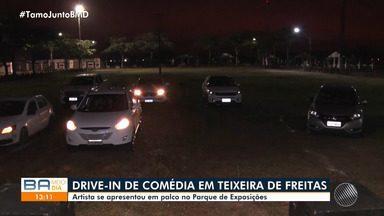 Moradores de Teixeira de Freitas participam de Drive-In de comédia - Com eventos suspensos por causa da pandemia do novo coronavírus no estado, apresentações humorísticas aconteceram no Parque de Exposições da cidade.