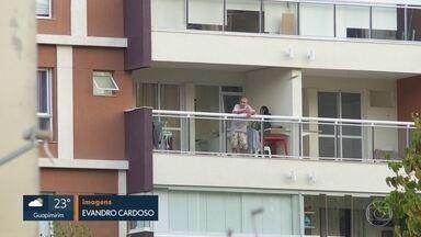 Fabrício Queiroz na varanda - Ex-assessor de Flávio Bolsonaro cumpre prisão domiciliar.