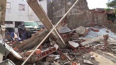 Moradores de São Luís passam o dia limpando estragos provocados por vendaval - Vento de até 100 km/h derruba postes, árvores e destalhou casas.