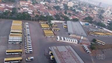 Telespectador denuncia ônibus parados na garagem da empresa em Goiânia - Ele enviou foto pelo QVT.