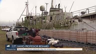 Técnicos continuam retirada de óleo do navio Professor Besnard - Embarcação utilizada há anos para pesquisa está atracado no Porto de Santos e é fiscalizado pelo Ibama.