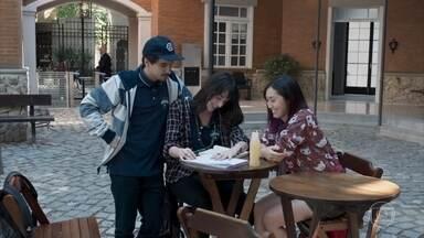 Felipe, Lica e Tina se preparam para a reunião com pais e mestres - Clara pressiona Guto para ficar contra Lica na reunião