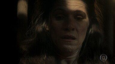 Elvira avisa que não revelará o segredo de Thomas até estar em segurança - Os piratas a trancam em uma cela até que decida colaborar