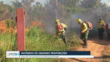 Incêndio de grandes proporções atinge área particular e parte do canteiro da BR-364 - Incêndio aconteceu no Km 702 da BR em Porto Velho, sentido Candeias do Jamari