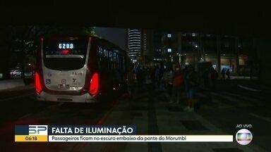 Passageiros reclamam de escuridão em ponto de ônibus - Buraco aberto também traz riscos pra quem espera coletivos.