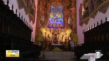 Fiéis prestam homenagens à Nossa Senhora do Carmo em meio às restrições na pandemia - Devotos da padroeira do Recife participam de missas na capital pernambucana.