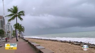 Banho de mar é liberado no Recife e quiosques da orla voltam a abrir - Há regras específicas para o uso da praia na pandemia.