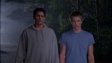 Toda Noite É Outra História - Quando Whitey expulsa Lucas e Nathan do ônibus da equipe devido à má conduta na quadra, os meios-irmãos ficam em apuros a 48 km de casa.