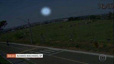 Policial morre após cair de um helicóptero, no interior de SP; polícia investiga o caso - Imagens de câmeras de segurança mostram o momento em que o helicóptero fazia o treinamento, em Álvares Machado.