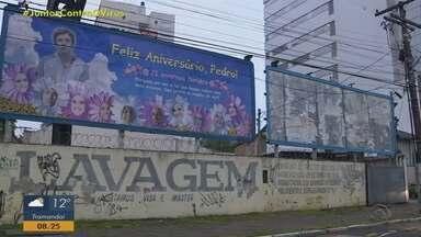 Amigos homenageiam aniversariante com outdoor na Avenida Érico Verissimo, em Porto Alegre - Assista ao vídeo.