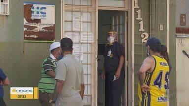 Pacientes formam fila em frente à farmácia de alto custo em Ribeirão Preto - Moradores que dependem dos medicamentos tiveram que ter paciência. Houve gente que esperou mais de uma hora para entrar no local.