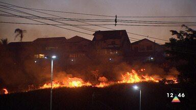 Fogo em mata mobiliza bombeiros no Urbanova em São José dos Campos - Incêndio começou por volta das 17h deste quinta-feira (16) e levou duras horas para ser contido; não há informações das causas.