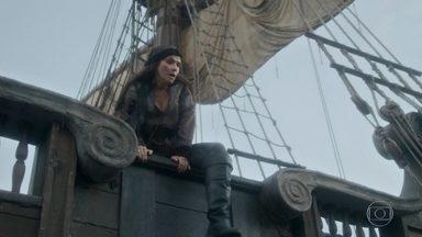 Elvira tenta fugir do navio pirata - Ao perceber que está sozinha, ela se arrisca e decide se jogar no mar