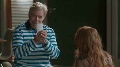 Maurice dá uma foto de Gilda para Eliza - O pai de Arthur torce para que Eliza ganhe o concurso e sua mãe se mude para o Rio de Janeiro