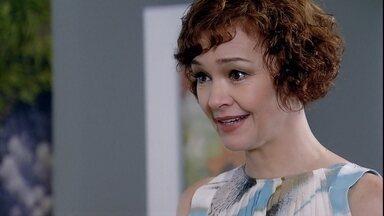 Esther procura Danielle - A estilista pergunta se a médica está fugindo dela