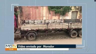 VC no MG: morador de Frei Inocêncio mostra caminhão parado há três anos no município - Segundo ele, veículo está acumulando lixo e sujeira.