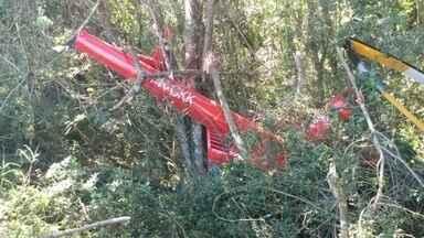 Perícia será realizada em helicóptero que transportava drogas e caiu em Ibiúna - Está prevista uma perícia nesta terça-feira (21) no helicóptero que caiu na área rural de Ibiúna (SP), na segunda-feira (20). Dentro da aeronave foram encontrados mais de 240 quilos de pasta base de cocaína.