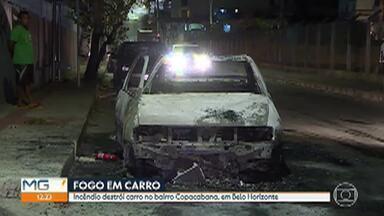 Incêndio destrói carro no bairro Copacabana, em Belo Horizonte - Ninguém ficou ferido e não há informações sobre as causas do acidente