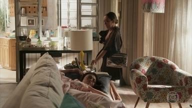 Dorinha se veste de Carolina - A diretora permanece dormindo, enquanto sua irmã, com amnésia, começa a se aprontar para o trabalho