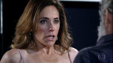 Pereirinha surpreende Tereza Cristina - Depois de buscar René Junior na casa de Dagmar, a madame fica de mau humor e Marilda tenta avisar que o pescador espera por ela