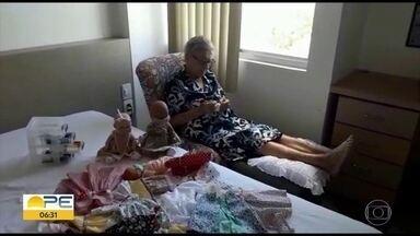 Idosa de 94 anos mantém coleção de bonecas e costura a mão roupas e acessórios - Tudo começou com uma indicação médica e se transformou em uma atividade prazerosa.