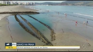 Estrutura de navio centenário volta a aparecer em Santos - Cena chamou a atenção de quem passava pelo local.