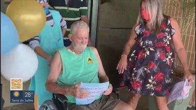 Idoso se cura da Covid-19 após ficar internado por 17 dias em estado grave em Uberlândia - Roberto Rizza, de 77 anos, ficou entubado durante tratamento da doença. Ao sair da unidade de saúde, ele recebeu homenagens da família e equipe médica.
