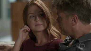 Arthur tranquiliza Eliza - O empresário aconselha a modelo a pensar em coisas boas quando estiver com medo. Cida e Jojô entregam que Maurice se engraçou com a monitora da van
