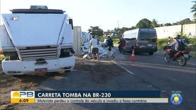 Caminhão tomba e deixa trânsito lento no início da manhã na BR-230, em Santa Rita - Acidente aconteceu na madrugada de hoje