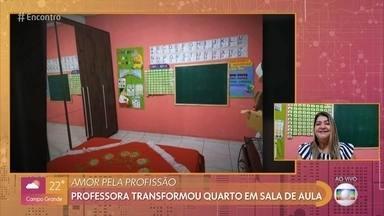 Ana Cristina transformou seu quarto em uma verdadeira sala de aula virtual - Professora do ensino fundamental conta que readaptou sua casa para melhorar a experiência dos aulos com as aulas à distância. Fátima fala sobre as regras para o retorno presencial às aulas