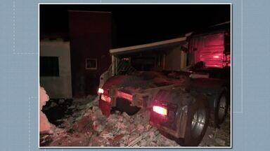 Caminhão invade quintal de casa, em Porecatu - O motorista perdeu o controle do veículo e e acabou derrubando o muro da casa.O motorista teve ferimentos leves.