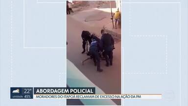 Moradores reclamam de excesso em abordagem policial no Itapoã - Um vídeo mostra a PM usando a força contra um adolescente que resistia à prisão. Com ele, segundo a Polícia Militar, também foram encontradas porções de drogas. Dois moradores que presenciaram a abordagem também teriam reagido e acabaram detidos.