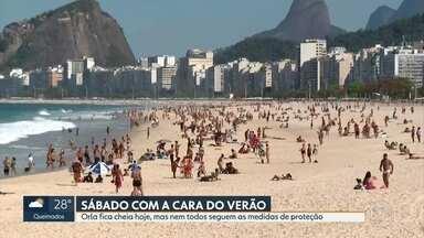 Orla do Rio fica cheia neste sábado (25) - Muita gente foi para a praia, mas nem todos seguiram as medidas de proteção. A Prefeitura do Rio ainda não liberou a areia para pegar sol.