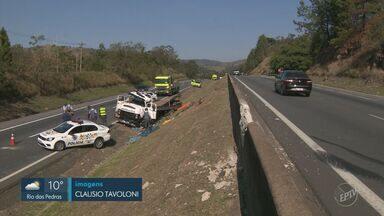 Uma pessoa morre após caminhão tombar na Rodovia Dom Pedro I, em Valinhos - De acordo com a Polícia Rodoviária, a vítima foi arremessada para fora do veículo e morreu no local. Outros dois ocupantes ficaram feridos. Acidente gerou um congestionamento de cinco quilômetros.