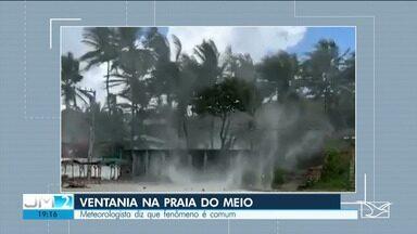 Forte ventania assusta banhistas em São José de Ribamar - Caso foi registrado na praia do Meio.