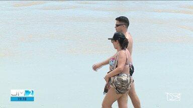 Praias de São Luís registram banhistas sem máscaras - Atitude coincide com o calor que atrai multidões para o litoral.