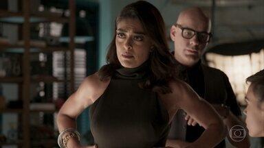 Carolina intima Eliza a escolher se fará a prova ou não - A diretora da Totalmente Demais garante que Dino não entrará no estúdio, mas avisa que a prova não será adiada