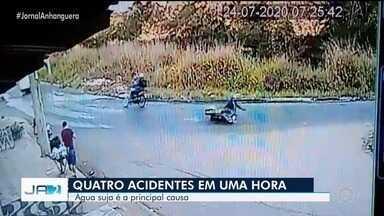 Quatro acidentes acontecem no mesmo ponto em uma hora, em Goiânia - A principal suspeita é que água suja jogada na pista causou os acidentes.