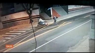 Polícia de SP acredita que PM que atirou num suspeito de roubo tinha intenção de matar - Os investigadores da Delegacia de Homicídios disseram ainda que a versão do policial diverge das imagens gravadas por câmeras de segurança.
