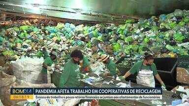 Pandemia afeta trabalho em cooperativas de reciclagem - Excesso de trabalho e pouco retorno financeiro, se juntam aos afastamentos de funcionários.