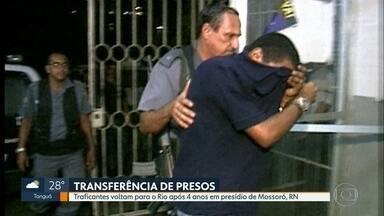 Traficantes voltam para o Rio após quatro anos em presídio de Mossoró (RN) - Os dois traficantes, que ingressam no sistema penitenciário do Rio, são condenados a mais de 30 anos de prisão. Segundo as investigações, continuavam passando ordens de dentro da cadeia.