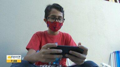Crianças e adolescentes devem navegar na internet em média uma hora por dia - O uso do celular deve ser monitorado pelos pais.