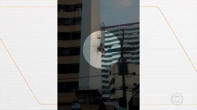 Trabalhadores passam sufoco em acidentes envolvendo andaimes - Em Salvador, um homem caiu e o outro ficou preso depois que o andaime cedeu enquanto eles trabalhavam na obra de um prédio.