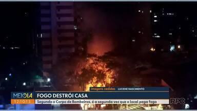 Fogo destrói casa - Segundo o Corpo de Bombeiros, é a segunda vez que o local pega fogo
