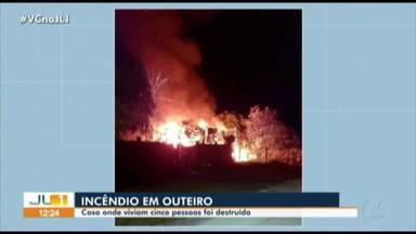 Incêndio destrói casa no distrito do Outeiro durante a noite - Cinco pessoas moravam no local.