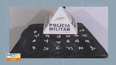 Jovem de 20 anos é preso com 100 pedras de crack em Francisco Sá - Segundo a PM, ele foi abordado durante um patrulhamento no Centro e confessou que venderia as drogas no período de uma semana.