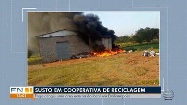 Incêndio em anexo de barracão de recicláveis mobiliza Corpo de Bombeiros - Fogo consumiu todo o material que estava no local, em Emilianópolis, na tarde desta quarta-feira (29).