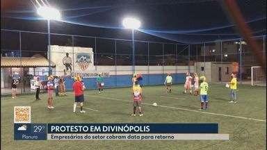 Profissionais do esporte protestam após quatro meses parados em Divinópolis - Trabalhadores se manifestaram em uma quadra da cidade vestidos de palhaços. Prefeitura diz que aguarda sinalização do estado.