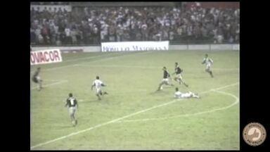 Luís Müller dribla adversário para marcar um golaço para o Remo contra o Paysandu, em 1995 - Luís Müller dribla adversário para marcar um golaço para o Remo contra o Paysandu, em 1995