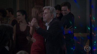 Maurice dança com Eliza e com Stelinha na festa - Lu e Jamaica vão à festa na casa de Arthur. Jojô decide dar uma força para unir Arthur e Eliza